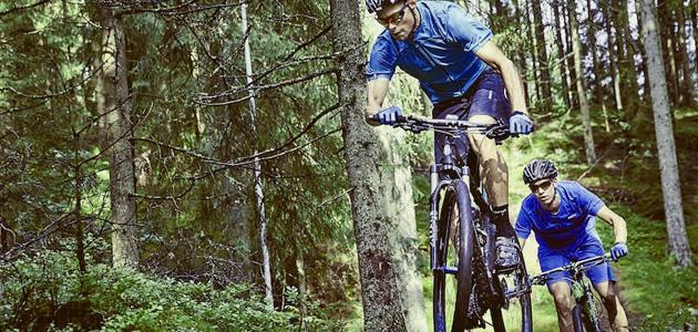 2 mænd cykler med mtb cykelshorts