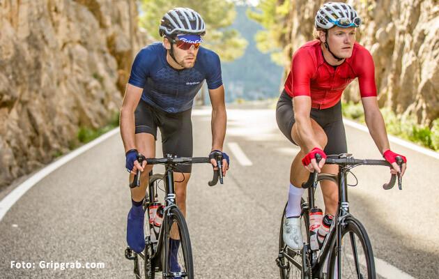 Billede af 2 personer der cykler racercykel. Begge er iført cykelhandsker