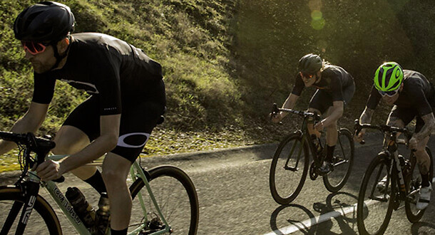 Cykelrytter med cykelbriller fra Oakley