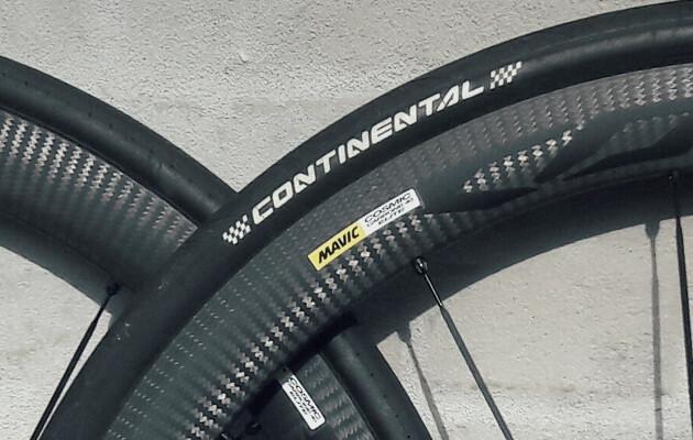 Billede af carbonhjul med racerdæk