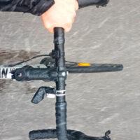 Billede af person der cykler i regnvejr