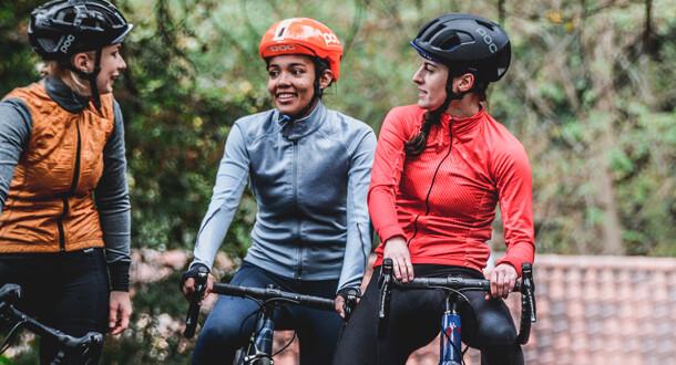 Damer der er iført cykeltoej herunder svedundetroejer