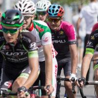 Gruppe at cykelryttere der cykler sammen