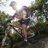 Billede af kvinde der cykler mountainbike iført baggy shorts