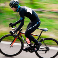 Billede af cykelrytter iført trøje med ange ærmer