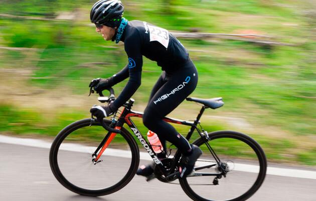 Billede af cykelrytter iført cykeltrøje med ange ærmer