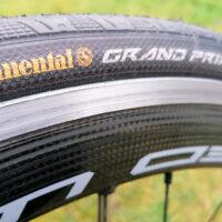 Billede af hjul med racerdæk fra Continental med punkteringsbeskyttelse