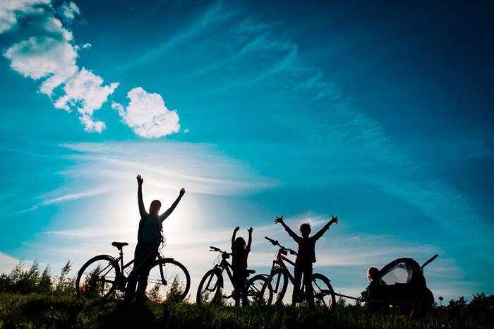 Billede ad familie på cykelferie