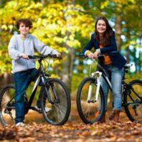 Unge konfirmander på cykler